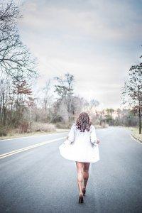 kobieta w biały płaszczu podczas spaceru