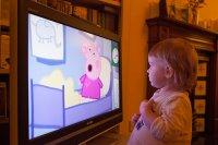 dziecko oglądające TV